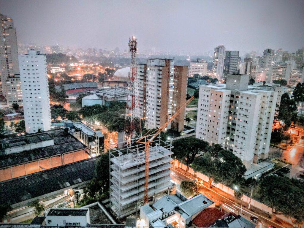 URBIC Ibirapuera Timelapse para obra residencial. Sistema indicado para construtoras e incorporadoras imobiliárias. Imagem de um prédio em construção durante o entardecer.