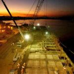 Foto noturna que mostra time-lapse de canteiro de obras